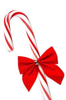 Kerstmissuikergoed dat op witte achtergrond wordt geïsoleerd
