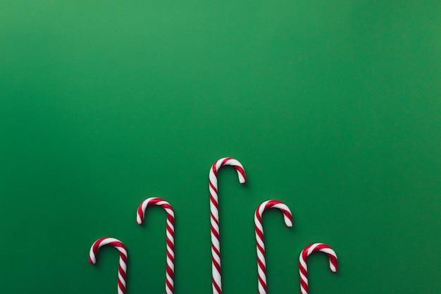 Kerstmissuikergoed op groene, rode witte lolly.