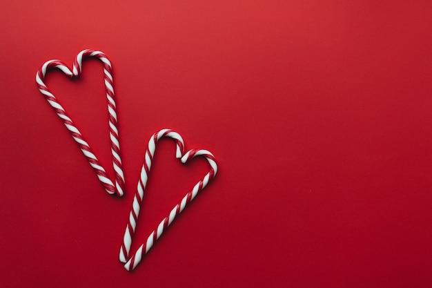 Kerstmissuikergoed op rood