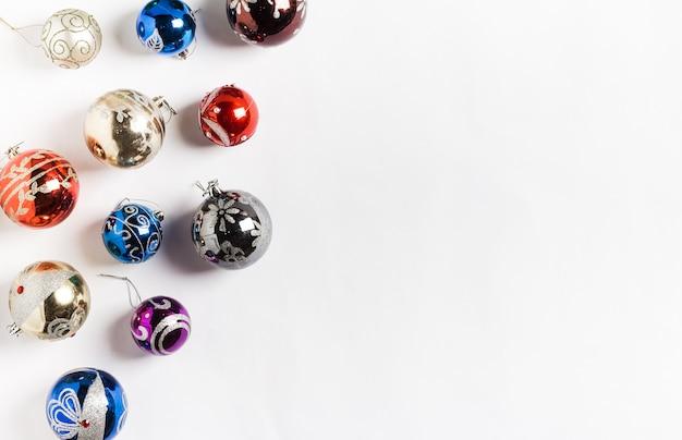 Kerstmisvakantie om ballen nieuw jaar op wit