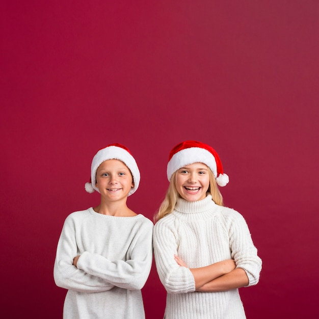 Kerstmisvrienden die in studio stellen