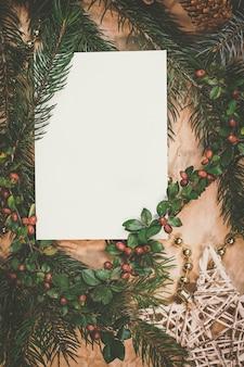 Kerstmodel voor ansichtkaart met droog fruit, ambachtelijk papier, geschenkdoos, handgemaakt kerstspeelgoed