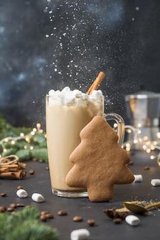 Kerstmok koffie met marshmallow, peperkoekvorm van kerstboom op donker. gelukkig nieuwjaar. detailopname.