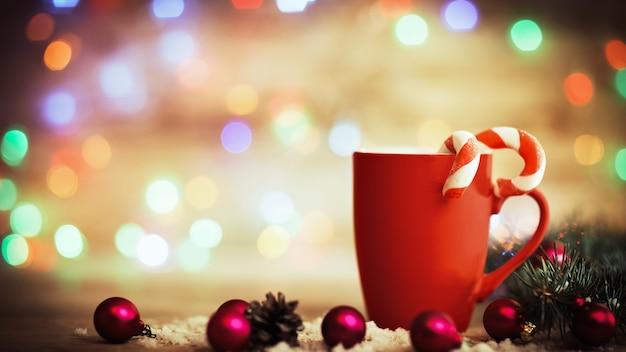 Kerstmok met decoraties en snoep op houten achtergrond