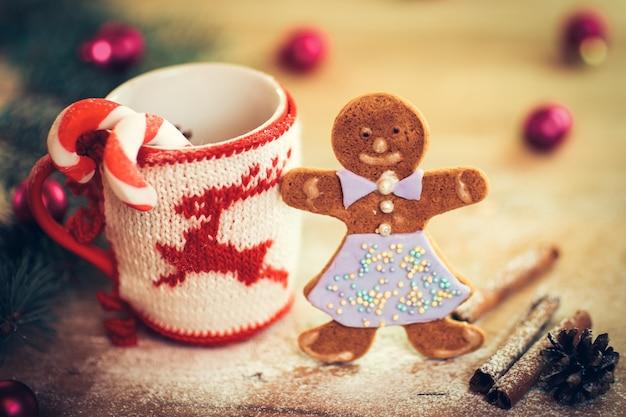 Kerstmok met kerstversiering en koekjes in de shapeman op een houten ondergrond