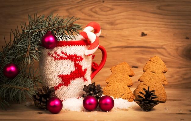 Kerstmok met kerstversiering op houten achtergrond