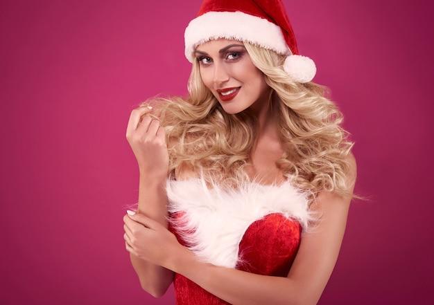 Kerstmuts en kleding op een aantrekkelijke vrouw
