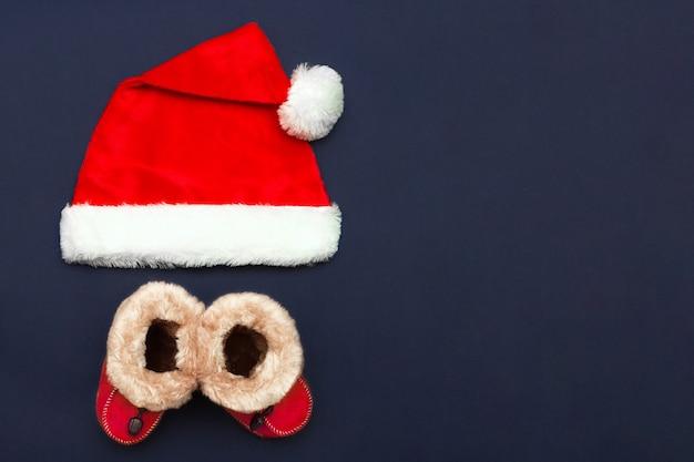 Kerstmuts en rode kerstlaarzen voor baby's