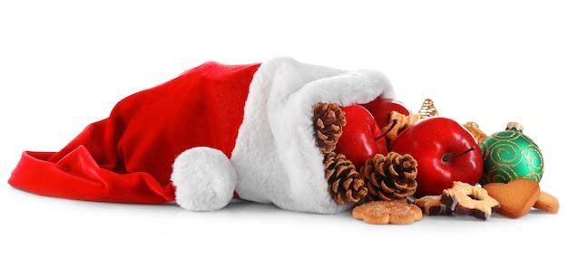 Kerstmuts gevuld met kerstcadeaus, geïsoleerd op wit