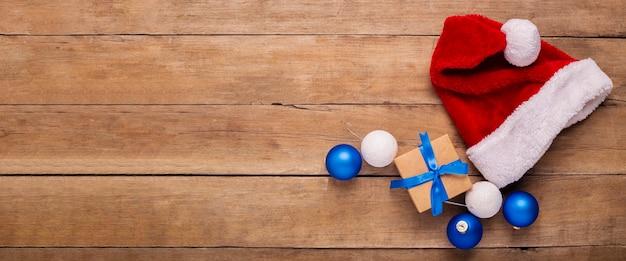 Kerstmuts op een houten achtergrond. concept voor kerstmis, nieuwjaar. bovenaanzicht, plat gelegd. banier.