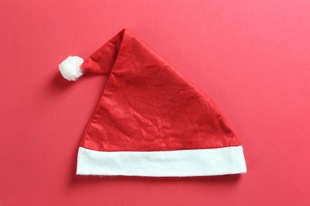 Kerstmuts op rood