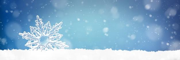 Kerstmuur met een decoratieve sneeuwvlok op schitterende sneeuw