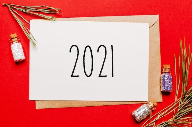Kerstnota 2021 met cadeau, spartak en speelgoed op rood
