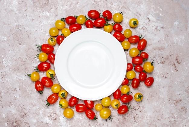 Kerstomaatjes van verschillende kleuren, gele en rode kerstomaatjes op lichte achtergrond