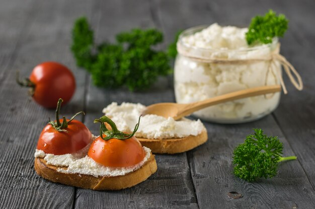 Kerstomaten en kwark op een houten tafel. het concept van gezonde voeding.