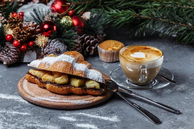 Kerstontbijt: croissant met chocolade en gebakken ananas.