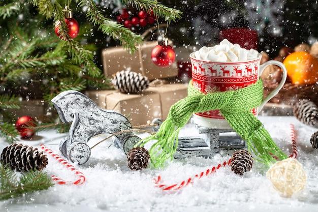Kerstontbijt met sneeuw, geschenken, dennenboom en dennenappels