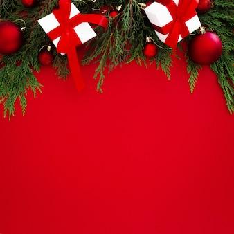 Kerstornamenten aan de bovenkant van het frame