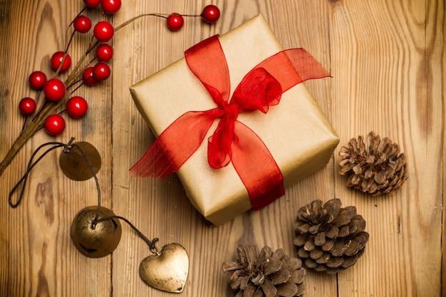 Kerstpakket met rood lint op een rustieke houten tafel