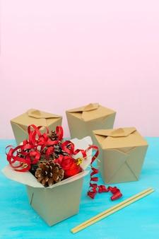 Kerstpakketten in wok-papieren verpakkingsdozen. voor aziatisch fastfood. Premium Foto