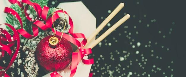 Kerstpakketten in wok-papieren verpakkingsdozen. voor aziatisch fastfood.