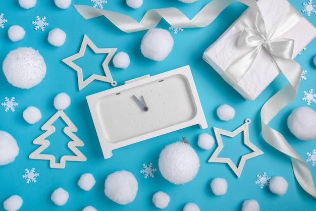 Kerstpatroon, behang met feestelijke witte accessoires
