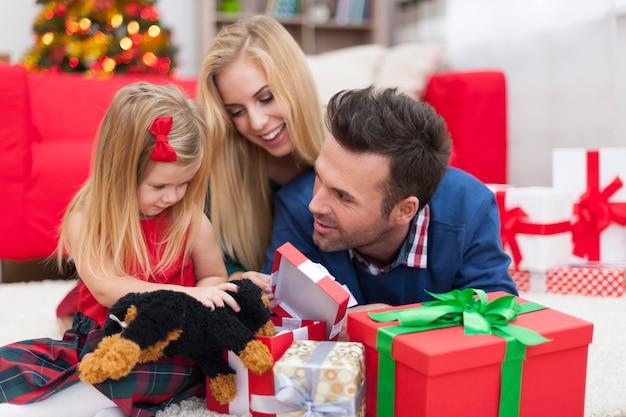 Kerstplezier van jong gezin