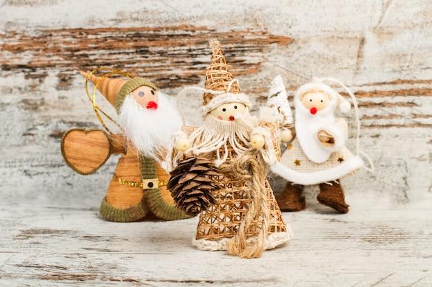 Kerstpoppen gemaakt met stof op een houten tafel