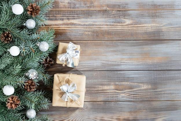 Kerstrand met dennentakken, zilveren ballen en strikken