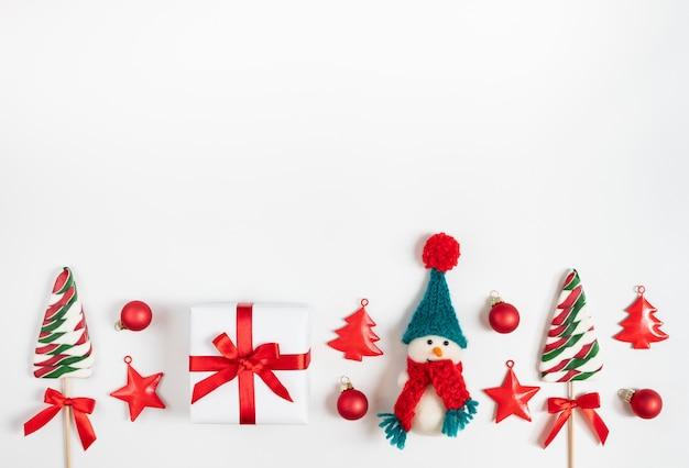 Kerstrand met sneeuwpop, lolly's en kerstversiering.