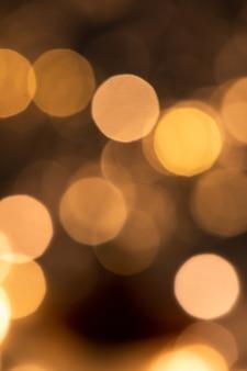 Kerstruimte van ronde fonkelende lichten in duisternis die deel uitmaakt van een grote feesttafereel