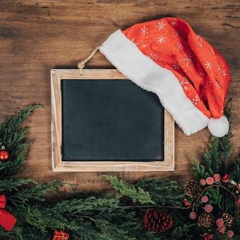 Kerstsamenstelling met leisteen en sparren