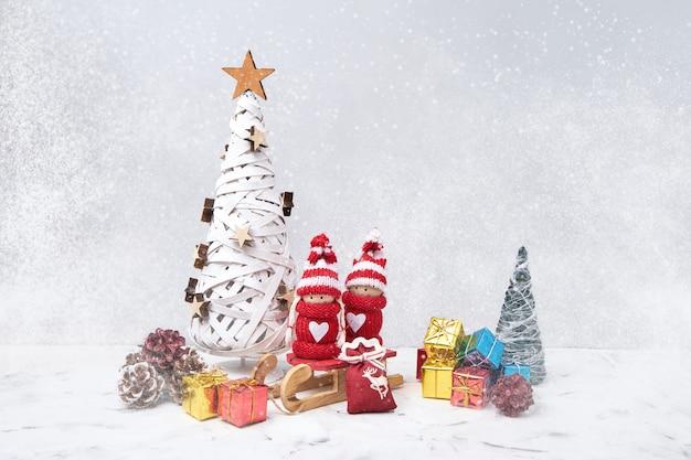 Kerstsamenstelling met noel-kabouters en kleine geschenken. kopieer ruimte