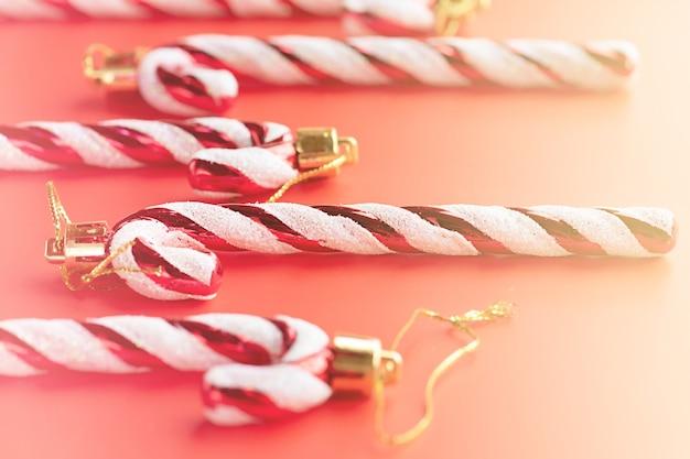 Kerstsamenstelling, nieuwjaarsornament. kerst speelgoed lolly op een rode achtergrond.