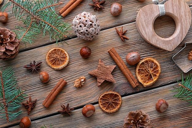 Kerstsamenstelling van natuurlijk decor op houten achtergrond