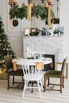 Kerstsfeer en gezelligheid in de huiskamer en feesttafel bij de kerstboom