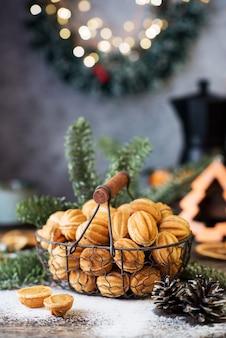 Kerstsnoepjes, noten met gecondenseerde melk op de feesttafel, kerstversieringen, selectieve focus, close-up