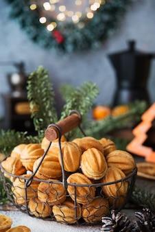 Kerstsnoepjes, noten met gecondenseerde melk op de feesttafel, kerstversieringen, selectieve focus