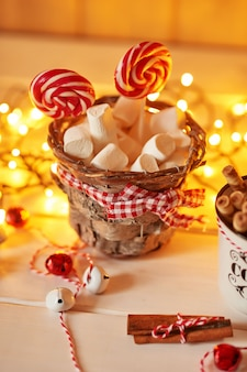 Kerstsnoepjes snoep en marmelade op de tafel