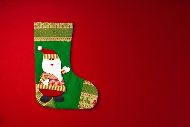 Kerstsok op rode achtergrond