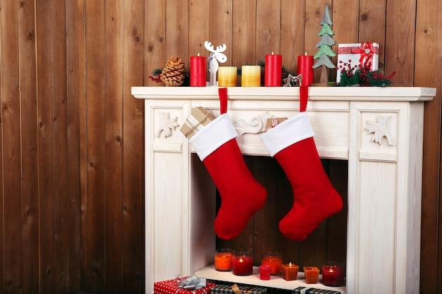Kerstsokken die aan de open haard in de kamer hangen
