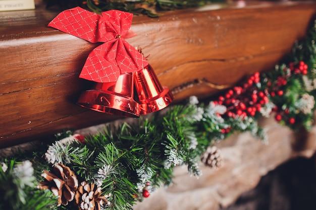 Kerstsokken die boven een open haard met kaarsen op de schoorsteenmantel hangen.