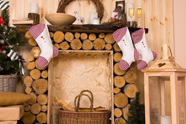 Kerstsokken hangend aan een rustieke houten schoorsteenmantel
