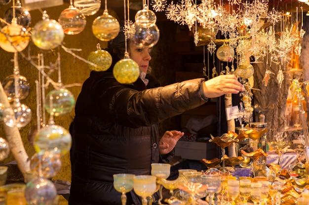 Kerstsouvenirs op de toonbank in europa, beschilderde glazen kerstballen met sprookjes.