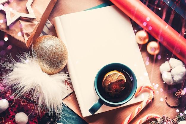 Kerstspar, decoraties en hete thee met citroen. een brief aan sinterklaas. uitzicht van boven