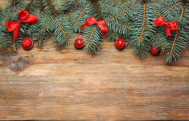 Kerstspar op houten ondergrond