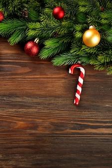 Kerstspar takken met speelgoed op houten tafel