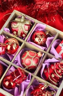 Kerstspeelgoed in houten kist op lichte achtergrond