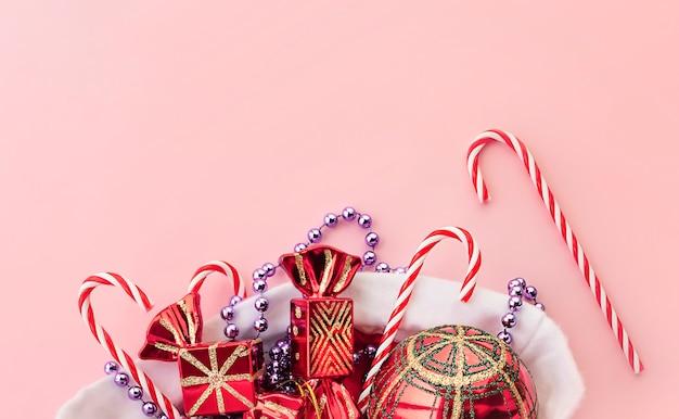 Kerstspeelgoed in kerstmuts