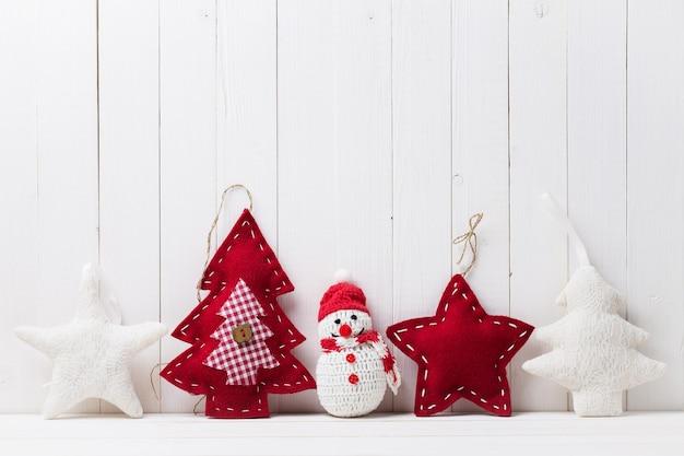 Kerstspeelgoed op de achtergrond van hout met ruimte voor tekst